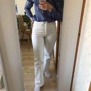 Vita row jeans från Weekday i nyskick. Size: W/28 L/32🌿