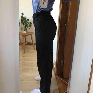 Svarta byxor med tillhörande bälte från Unif✨ Sparsamt använda, dock har ett spänne lossnat så det går sy på ett eller så funkar det fint med det tillhörande bältet❣️