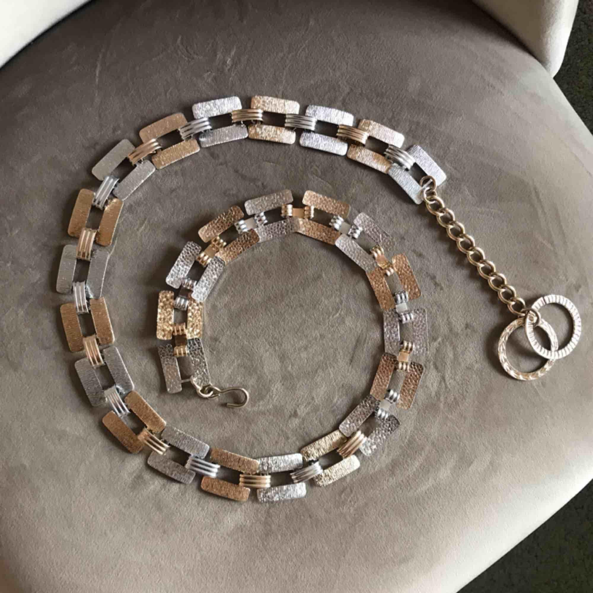 Guld och silver kedja bälte ✨ ca 90 cm till första hålet som visad på första bilden. Frakt 20kr . Accessoarer.