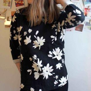 Blommig tröja med trekvartsärmar. Måttligt använd men inget slitage. Från Divided avdelningen på H&M.