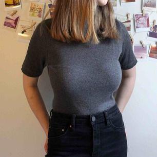 Grå polo t-shirt i storlek 38/40. Lite tight, skulle säga att den passar bättre som 36/38, men det är ju individuellt. Jag har i vanliga fall 34/36 och den passar någorlunda men är lite stor. Knappt använd, men den har några år på nacken.