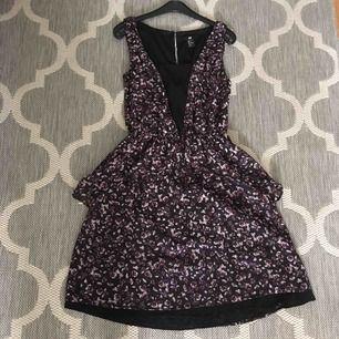 En otroligt charmig klänning som fått massor av komplimanger! Små rosor på, kan även skicka bilder när jag har den på mig.