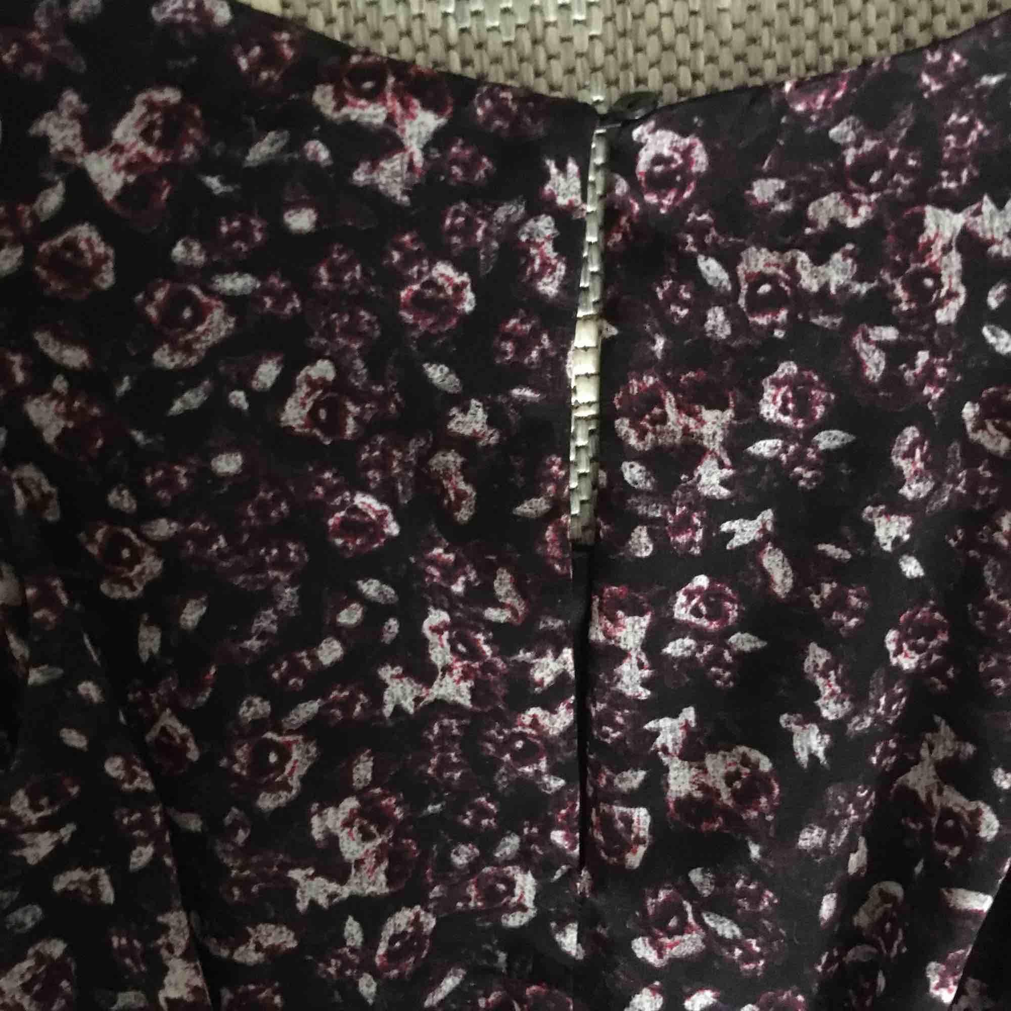 En otroligt charmig klänning som fått massor av komplimanger! Små rosor på, kan även skicka bilder när jag har den på mig. . Klänningar.
