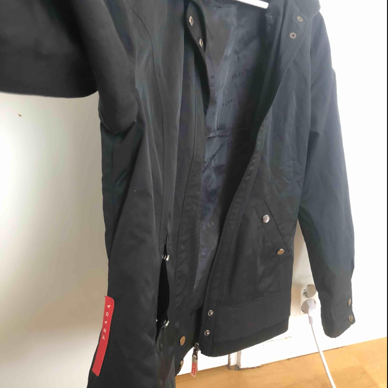 Säljer nu min Prada jacka vilket är helt perfekt nu för våren. Har mer bilder så om ni vill ha det så är det bara att skriva. Står xxl där men den är väldigt kort i modellen så den passar precis på mig som är 178 så skulle säga att de mer är en M . . Jackor.