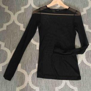 Snygg genomskillning tröja som är supersnygg med en topp under eller över! Haft en paljett-tubtop över den- det blev supersnyggt, kan skicka fler bilder med toppen på om så önskas.