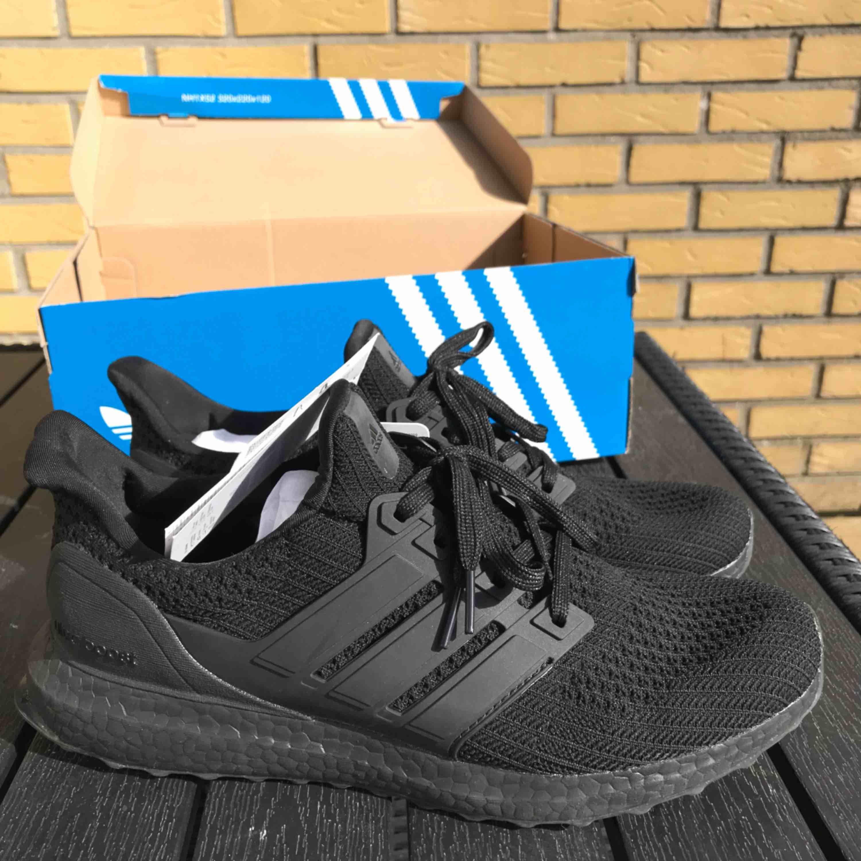 Säljer en Adidas ultra boost svart storlek 42.5 lådan medföljer så klart.  Helt ny köptes för 1799kr etiketten står kvar.   Fraktfri hela Skåne  Kan gå ner i priset vid snabb affär . Skor.