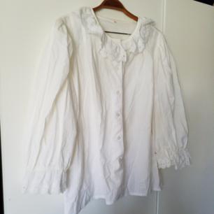Jättefin vintageskjorta med spetsdetaljer