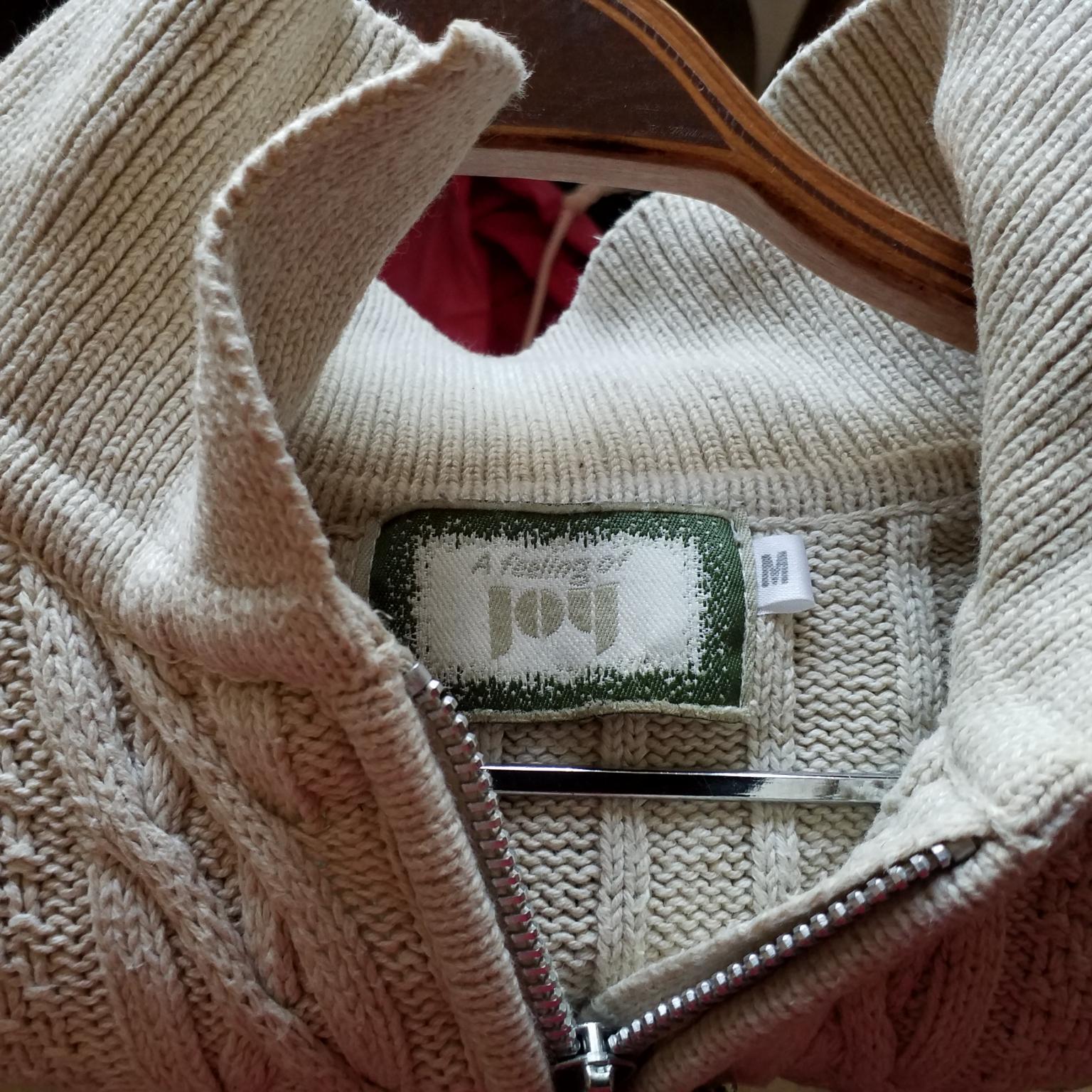 Mysig stickad tröja med liten dragkedja. Tröjor & Koftor.