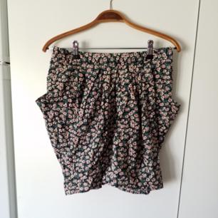Somrig, mysig kjol med fickor och dragkedja på baksidan
