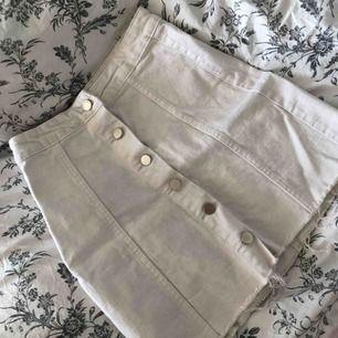 Säljer denna vita kjol med knappar på framsidan, jättefint skick! Köparen står för frakten