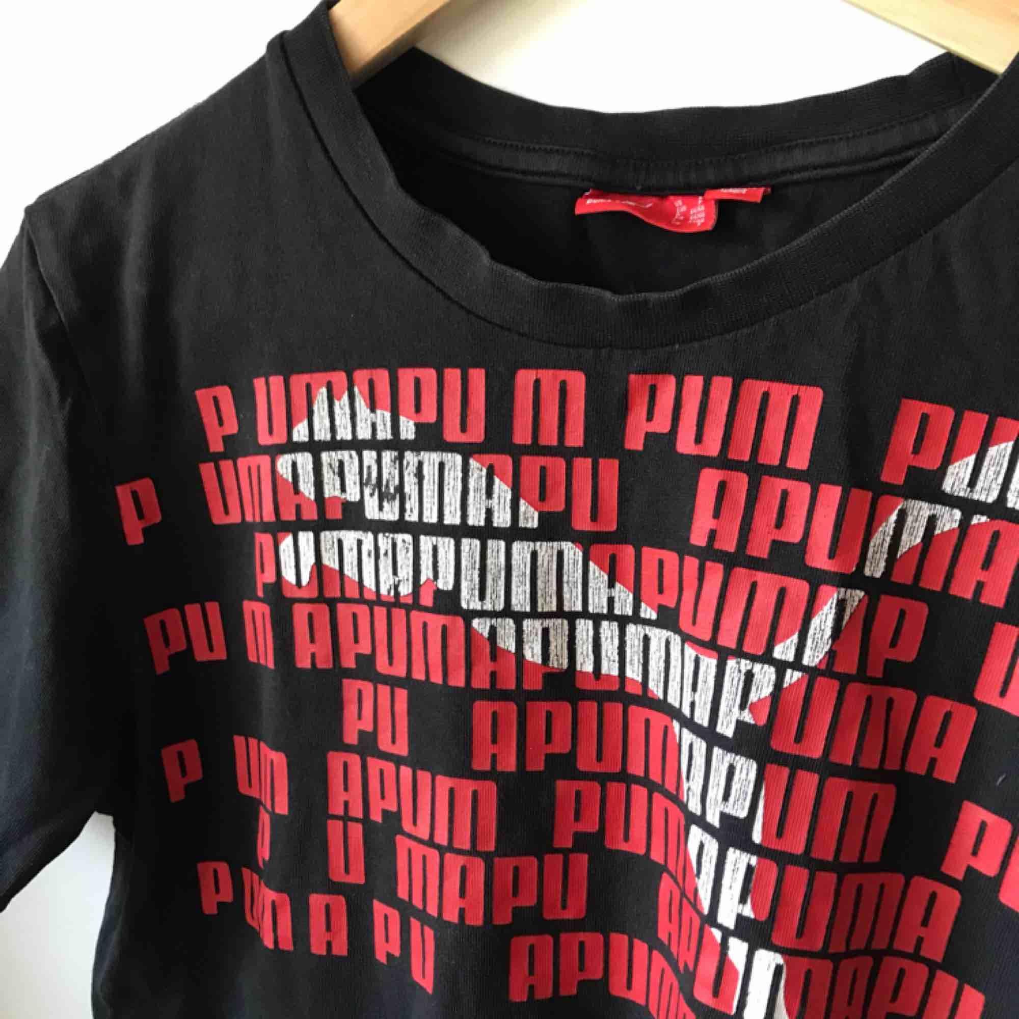 Nice vintage puma t-shirt! Sitter som en M men är en S (herrstorlek). Den är sliten i trycket men jag tycker bara det gör den coolare. Köpare står för eventuell frakt. Kan mötas upp! . T-shirts.