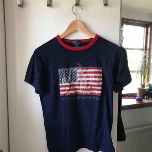Nice ralph lauren t-shirt! Knappt använd. Den är M i pojkstorlek men den sitter som en S. Köpare står för frakt, men jag kan även mötas upp!