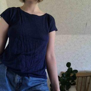 En halvgenomskinlig mörkblå t-shirt av linne från Acne. Sparsamt använd🦋