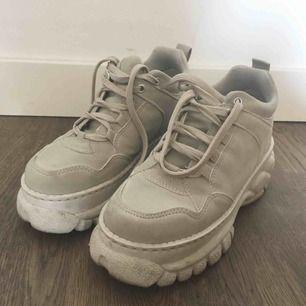 Platform sneakers från Zalando! Någon slags fake suede-material. Behöver få plats för nytt så säljer med frakt inkluderat :)