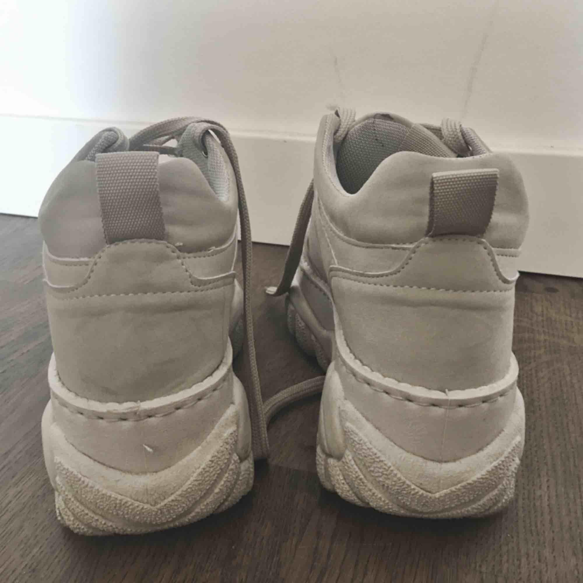 Platform sneakers från Zalando! Någon slags fake suede-material. Behöver få plats för nytt så säljer med frakt inkluderat :). Skor.