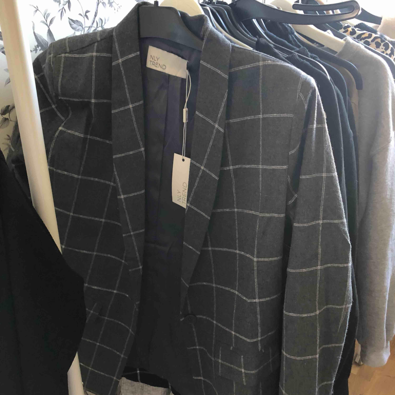 Helt ny blazer köpt på nelly, superfin nu till våren!✨. Kostymer.