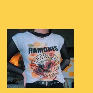 """Ramones tshirt med blommigt tryck. Lite mer """"figursydd"""" och har korta ärmar. Frakt: 25kr"""