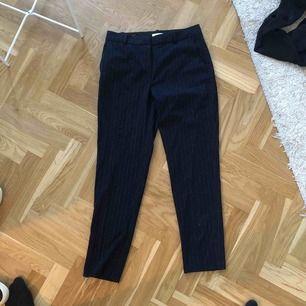 """Blå """"kostymbyxor"""" från H&M. Har silvriga små ränder i tyget. Inköpta i somras och använda 3 gånger så i bra skick. Frakt ingår i priset 😋"""