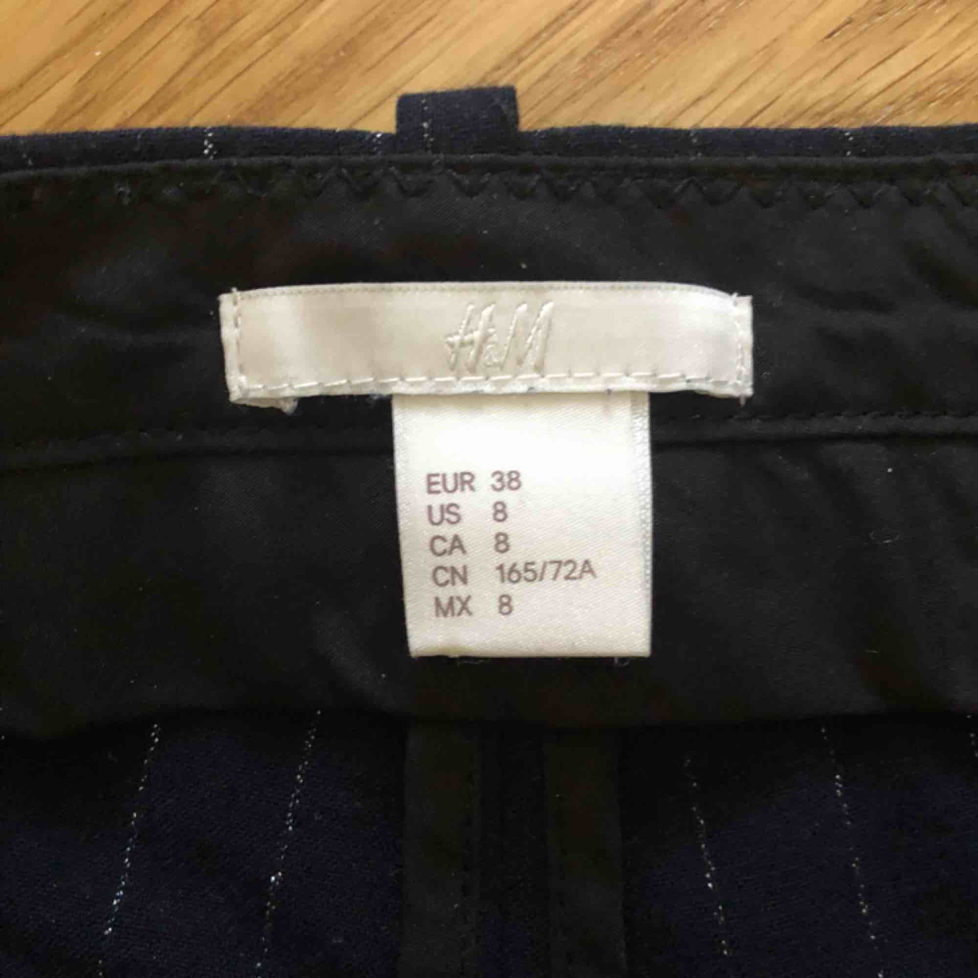 """Blå """"kostymbyxor"""" från H&M. Har silvriga små ränder i tyget. Inköpta i somras och använda 3 gånger så i bra skick. Frakt ingår i priset 😋. Jeans & Byxor."""