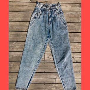 Drömmiga vintage mom jeans i fint skick, dock har dragkedjan hoppat ur men går säkert att fixa! (Priset reflekterar detta) Står storlek 29 i jeansen, men skulle säga 27/S då de är ganska åtsittande i midjan. Frakt: 35kr