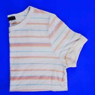 Söt orange/blå tshirt från BikBok Frakt: 25kr