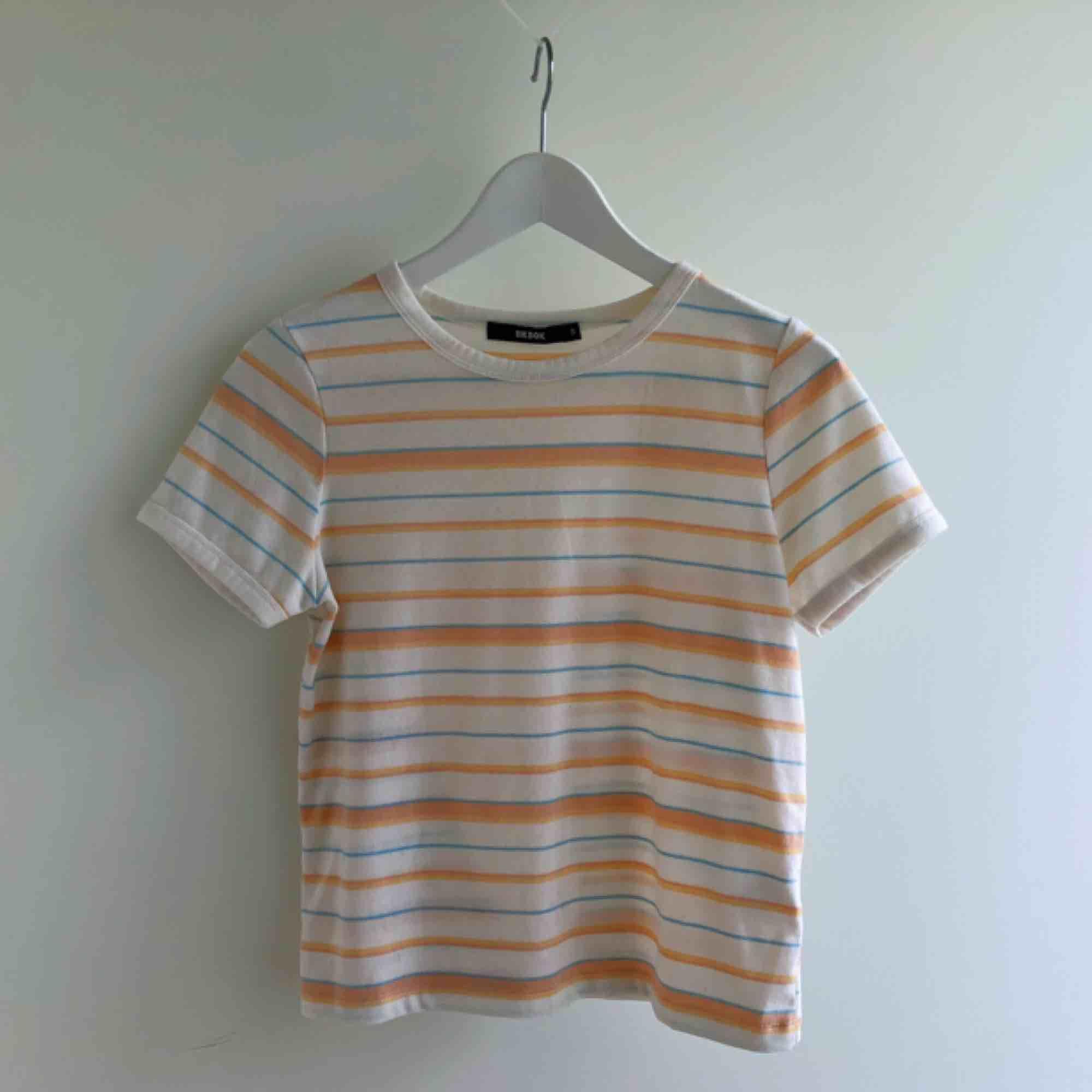 Söt orange/blå tshirt från BikBok Frakt: 25kr. T-shirts.