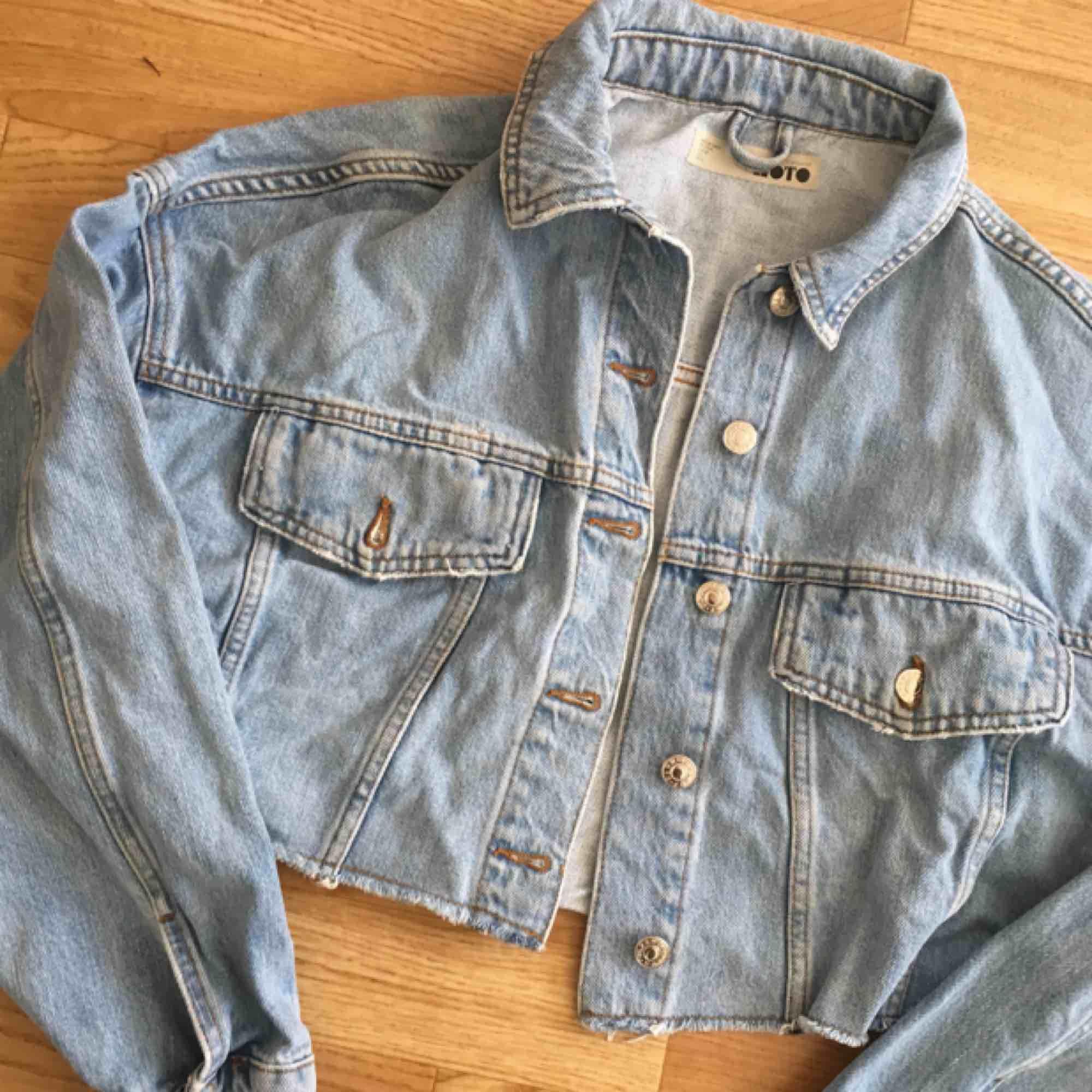 Croppad boxig jeansjacka i fint skick 🌻 frakt ca 90kr. Jackor.
