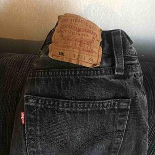 Finns ännu annons med bild på! Levi's vintage jeans köpta second-hand och i superbra skick! Storlek W27L34, passar på XS-S ungefär. Midjan 34 cm tvärsöver (runtom 68cm) och innerbenen är 81 cm och blir skitsnyggt att vika upp! Frakt på 79kr tillkommer 🥰