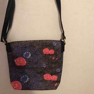 Säljer en blommig väska som inte är använd, säljer den för att det inte är min stil