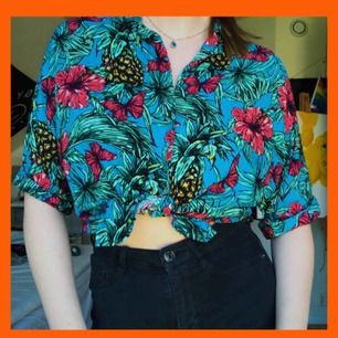 Super härlig turkos hawaii skjorta med dubbelvikt krage. Frakt: 25kr