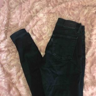 Tighta svarta Levis jeans. Nytt skick (nypris:1000)säljs pga storlek.