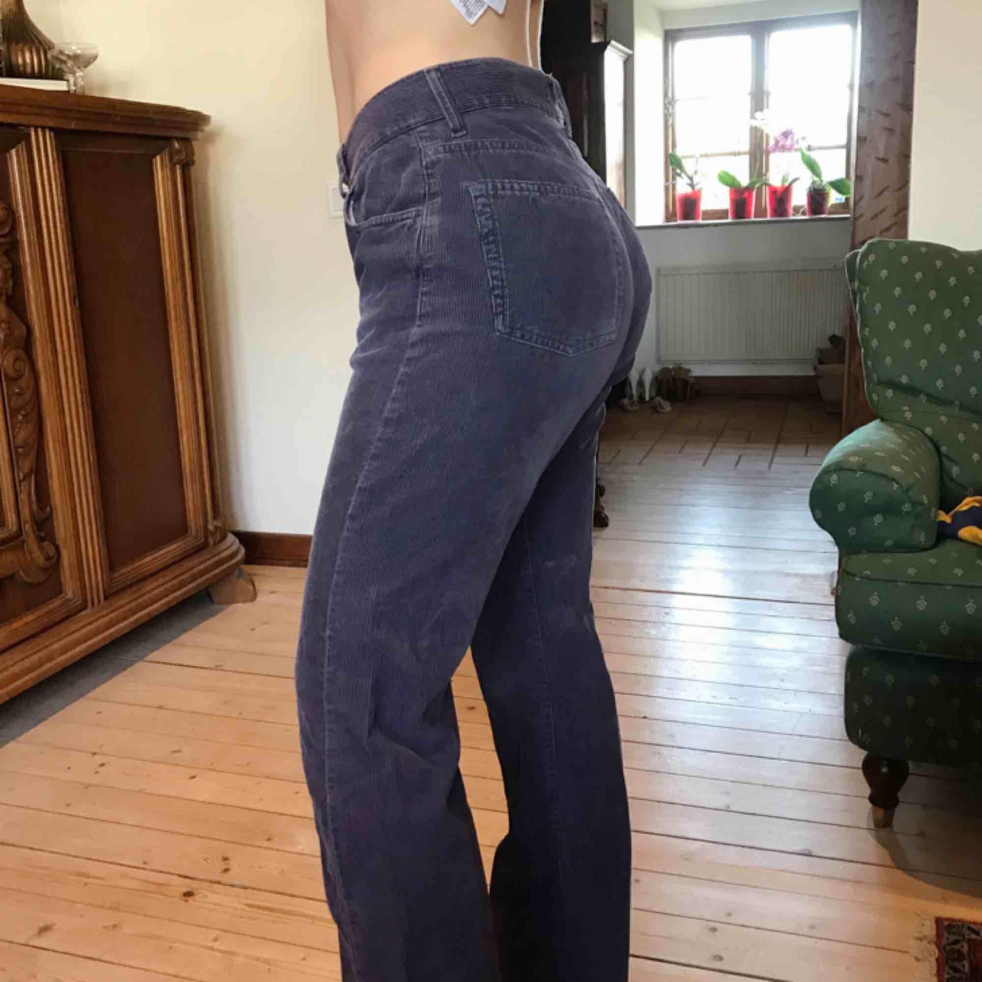 Asballa lila och vintage manchesterbyxor, köpta second hand. Köpare står för frakt, men kan mötas upp!. Jeans & Byxor.