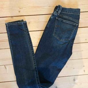 Levi's skinny jeans! Köpare står för frakt, men jag kan mötas upp i malmö/lund/hörby! 25 motsvarar S!