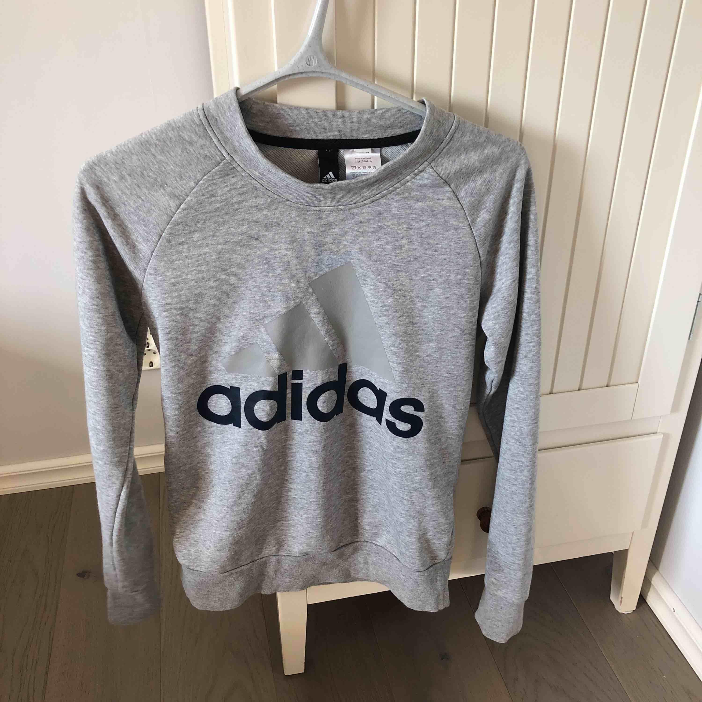 Adidas tjocktröja i grå! . Tröjor & Koftor.