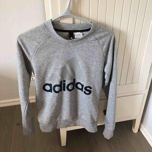 Adidas tjocktröja i grå!