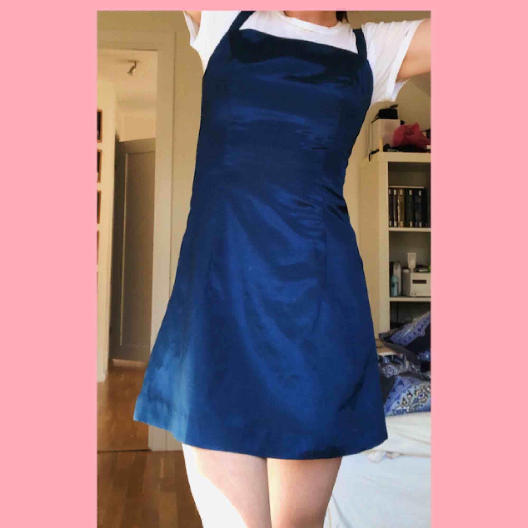 Otrolig vacker mörkblå vintage klänning i siden med skiftningar i turkost perfekt till en sommarbal eller bara som en supersöt picnic klänning. Står ingen storlek i  klänningen men skulle säga att den sitter bäst på en S! Frakt: 25kr. Klänningar.