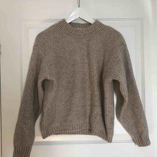 Superfin stickad tröja från HM, tjockt och rejält material, inte använd alls mycket! Världens finaste beige/gråa färg😻 160kr inklusive spårbar frakt 🌸
