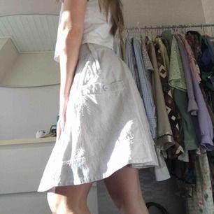 Grå/vit randig kjol med band köpt second hand. Brukar sätta i midjan eller i håret. Köparen står för frakt