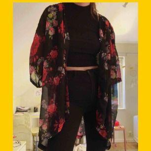 Somrig blommig kimono i luftigt tyg. Liknar den som Tyler Joseph har :) Frakt: 25kr