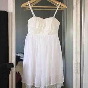 Somrig klänning, går att ta av banden, aldrig använd. frakt tillkommer.