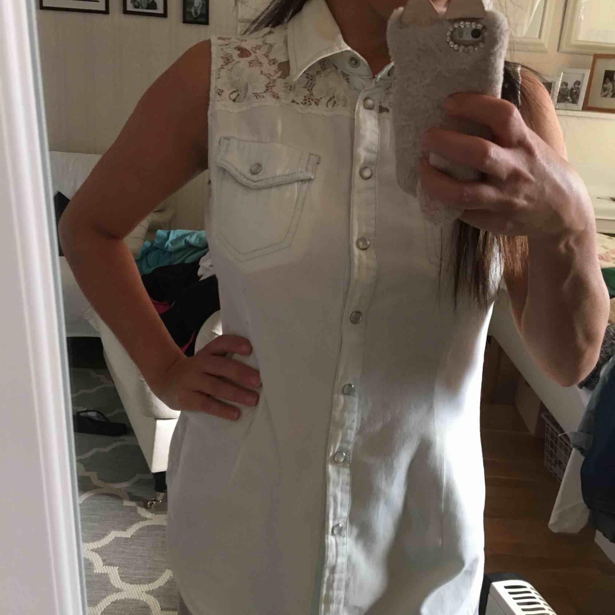Supersnygg halv skjorta med spets! Man kan bära den på flera olika sätt. . Toppar.