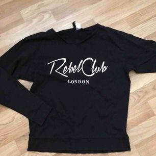 """Fin svart tröja med trycket """"Rebel club London"""" i storlek S! Frakt betalas av köparen"""