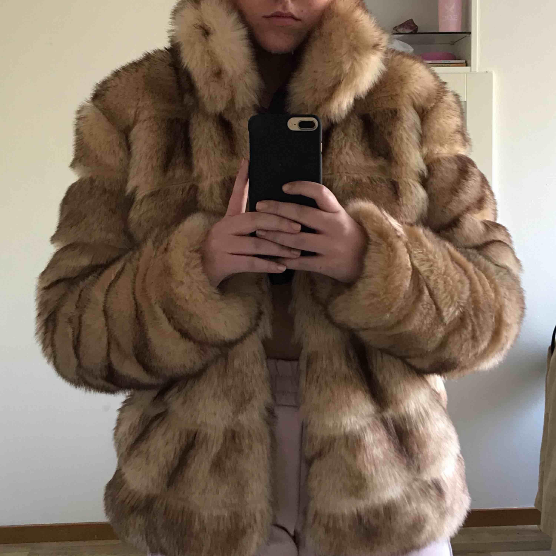 Säljer denna supergosiga jackan från Nelly. Den är aldrig använd då den varken passar mig eller vädret. Den har både knappar och fickor. Jackan är såklart gjord av fuskpäls. Står ej för frakten!. Jackor.
