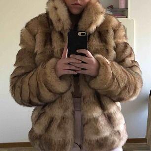 Säljer denna supergosiga jackan från Nelly. Den är aldrig använd då den varken passar mig eller vädret. Den har både knappar och fickor. Jackan är såklart gjord av fuskpäls. Står ej för frakten!