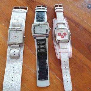 Tre unika klockor som inte längre kommer till användning, i priset ingår tre klockor och frakt! 🌸