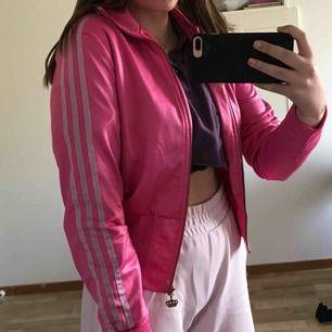 Kofta från kollektionen Adidas Originals x Missy Elliot. Det står att det är storlek 38 i koftan, men jag skulle säga att den mer är som en 36a. Kontakta mig om ni har frågor eller vill se fler bilder! Jag står inte för frakten!