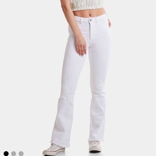 Vita bootcut jeans från BikBok Storlek XS Använda 1 gång
