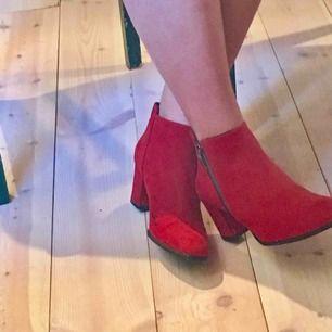 Sååååå snygga röda klackskor. De är inte lackade utan mer åt det matta hållet. Använda men i bra skick, båda skorna har dock en liten svart fläck på insidan (bild 3). Klacken är 6.5 cm. Fraktkostnad tillkommer❤️❤️