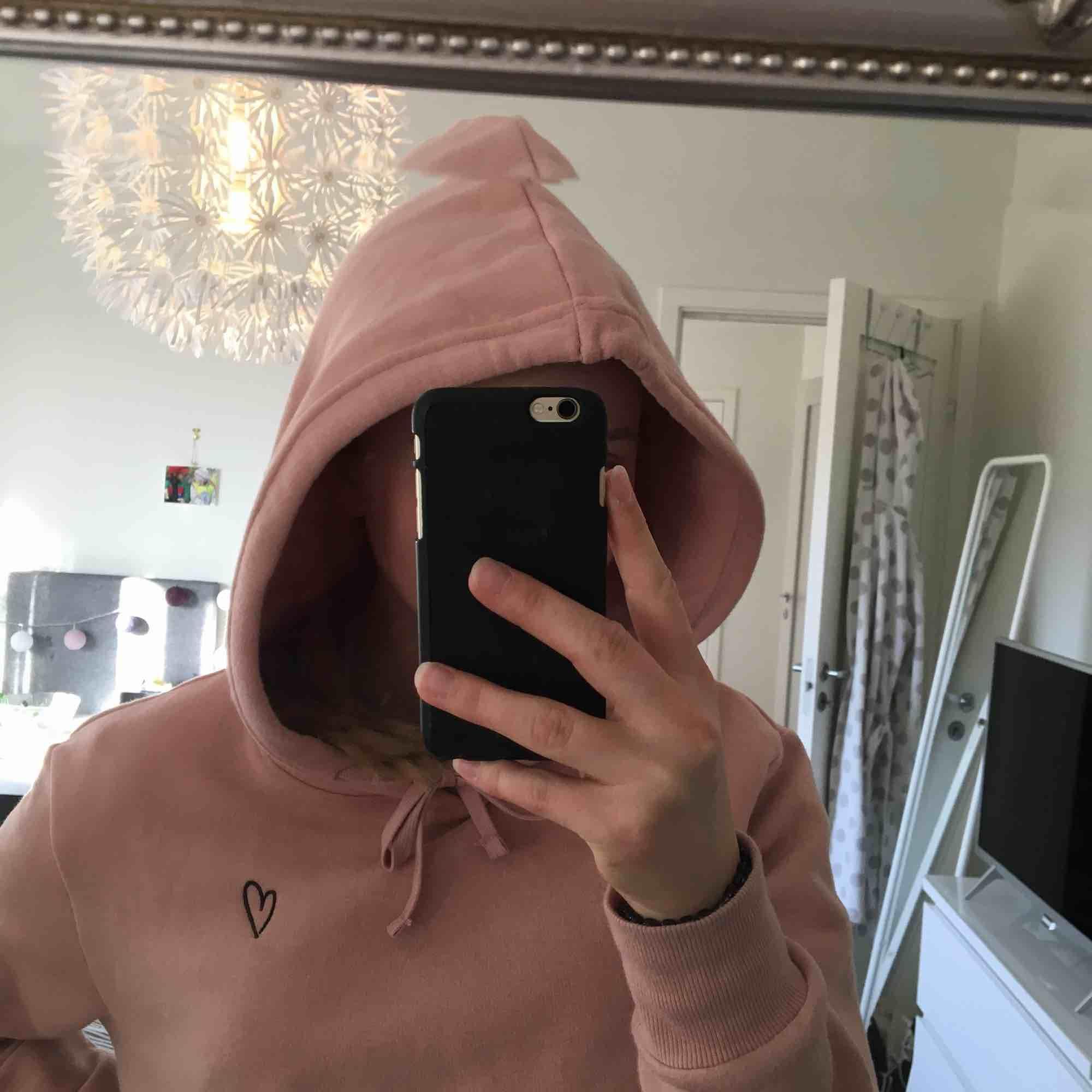 Asnajs Hoodie som jag aldrig använt tyvärr. Luvan är väldigt bra storlek och form och hels hoodien har ett väldigt härligt material och väldigt mysig.  Möts i Göteborg eller fraktar mot fraktkostnaden!. Huvtröjor & Träningströjor.