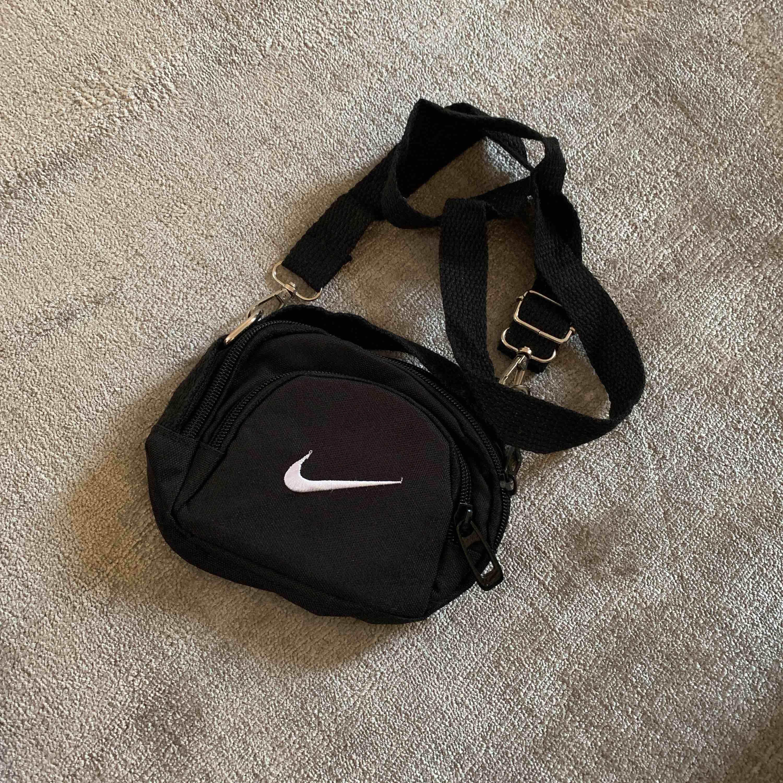 Nike väska mini jättesöt!. Väskor.